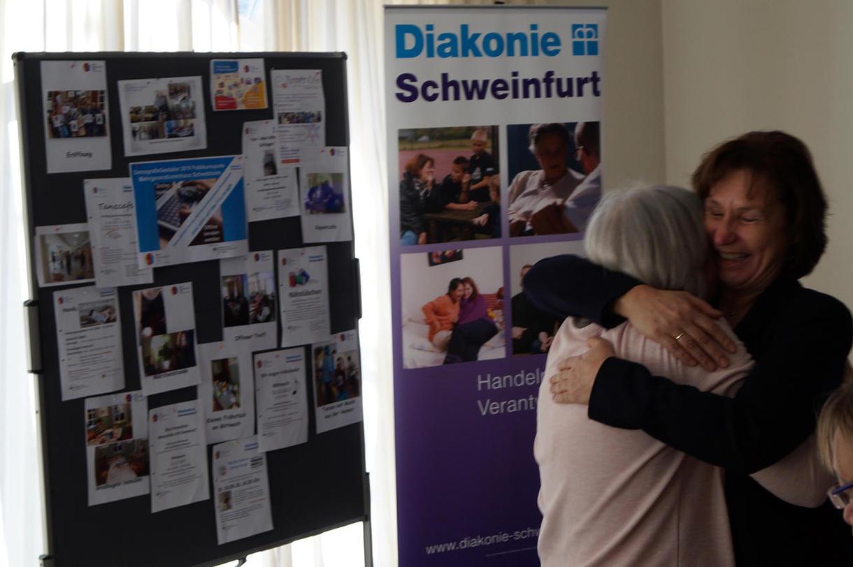 So sehen fröhliche Gewinnerinnen aus: Ute Fromm umarmt Monika Hofmann.