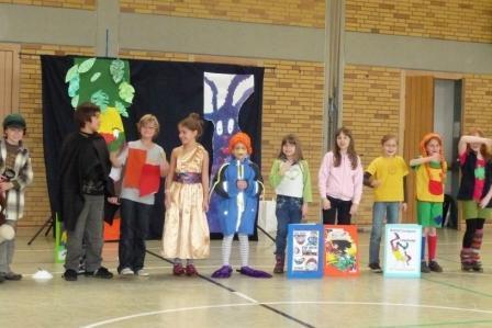 """Theateraufführung der Grundschulkinder: """"Buchhelden"""""""