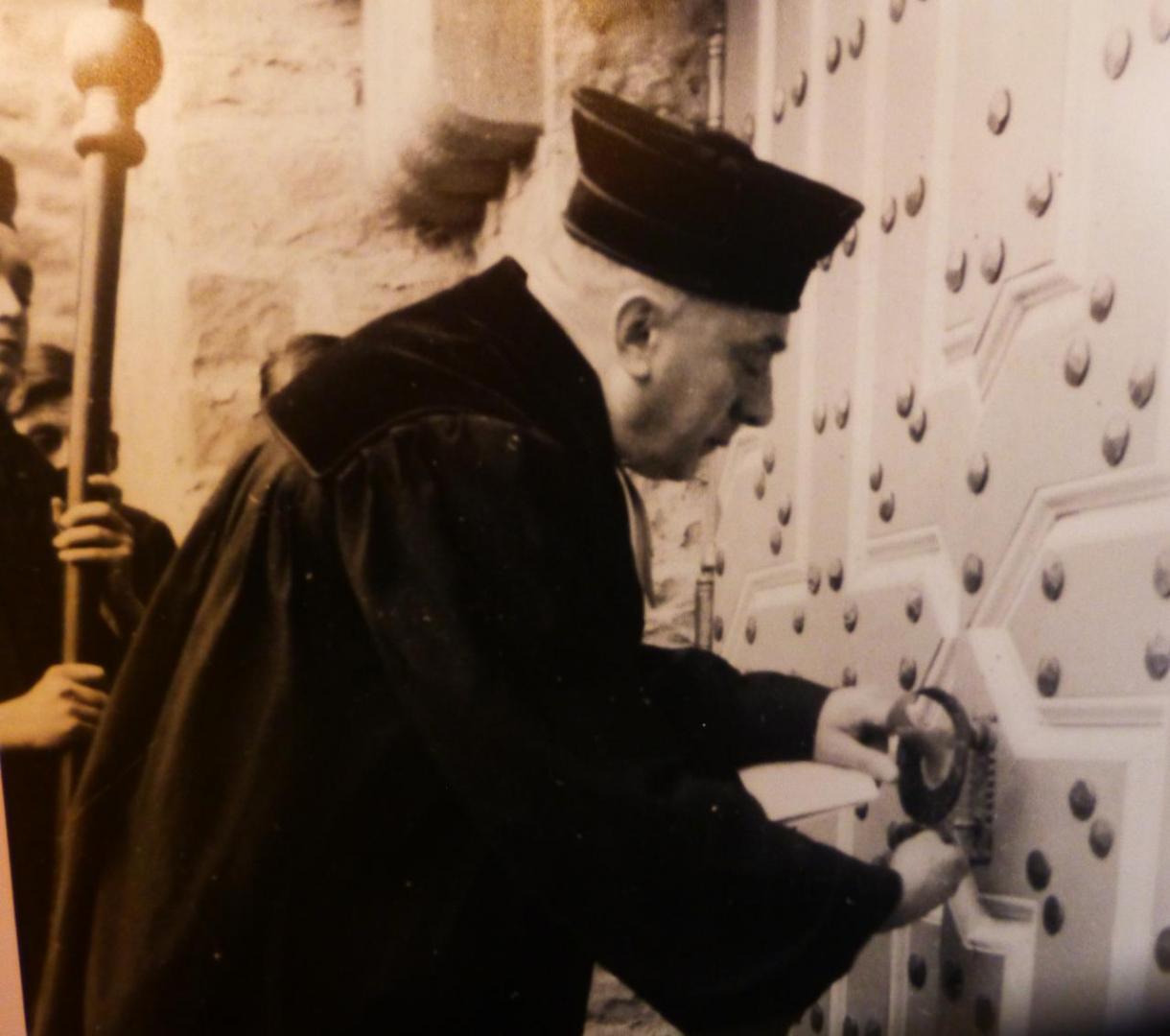 Ob der Schlüssel auch passt: Pfr. Hans Pfister an seiner neuen Wirkungsstätte