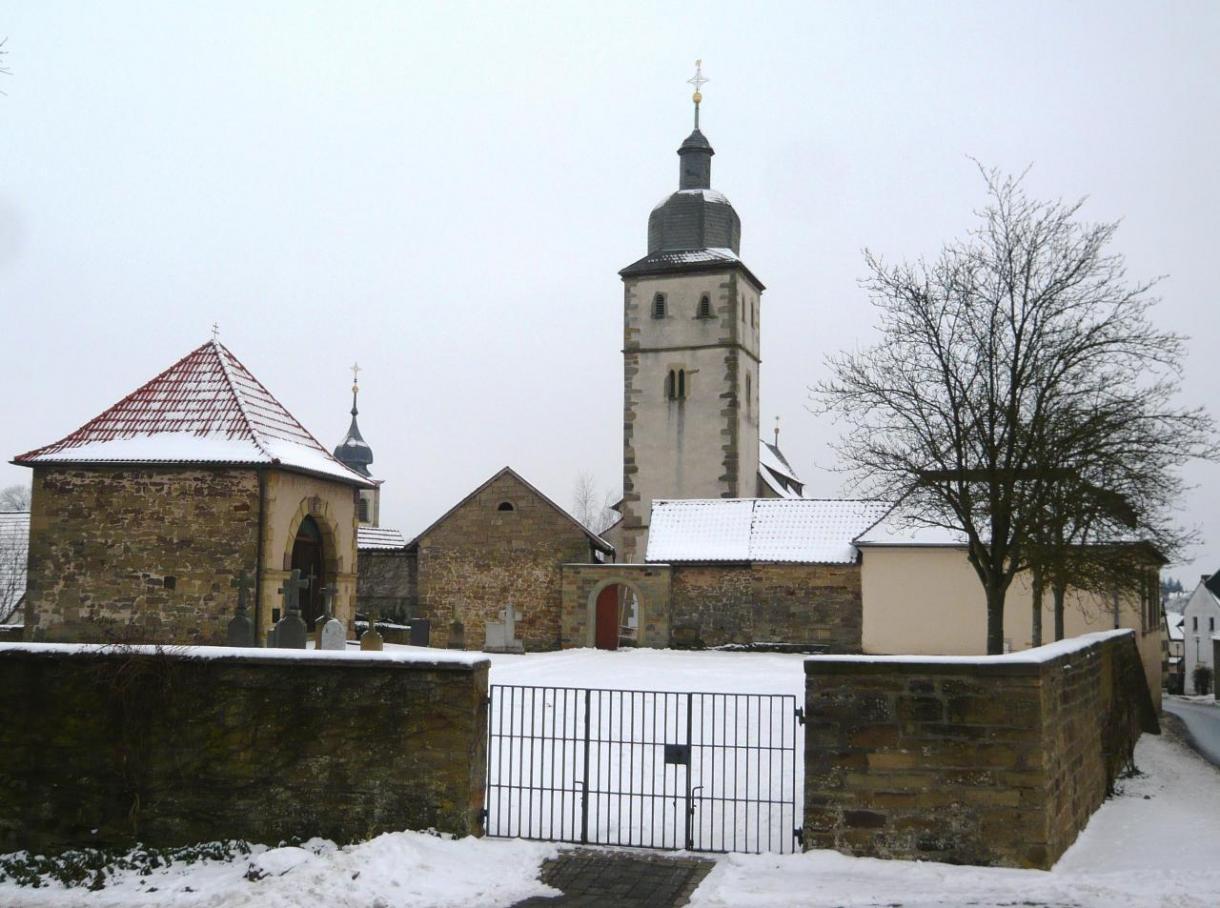 """Wuchtig: Die Euerbacher Kirchenburganlage, nach den Märtyrerbrüdern """"Cosmas und Damian"""" benannt"""
