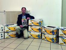 Volker Göbel, vor den Kisten voller Zeitschriften für die verschiedenen Pflegeheime